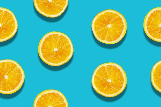 青い背景にシームレスなオレンジ色のスライスパターン