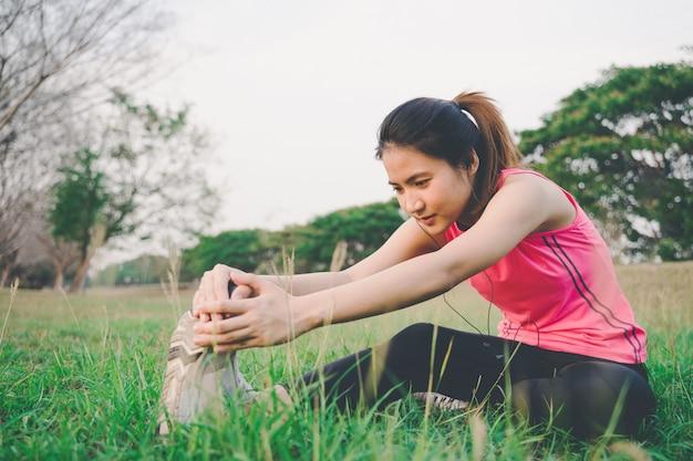 ジョギングを実行する前に体操をウォームアップ健康的な女性の肖像画
