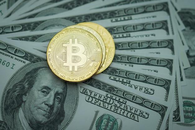 Биткойны монеты на долларах сша бумажные деньги, криптовалюта