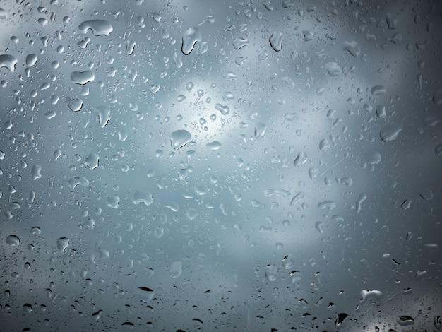 雨季のガラス窓ハウスの水滴の抽象