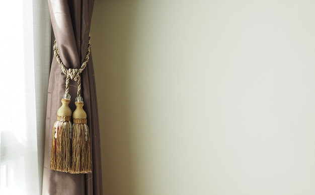 壁に近い優雅なカーテン