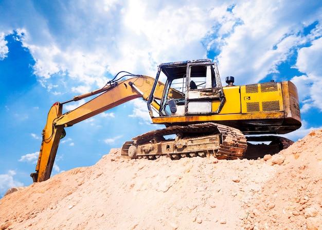 土壌掘削機、建設現場のトラクターローダー。
