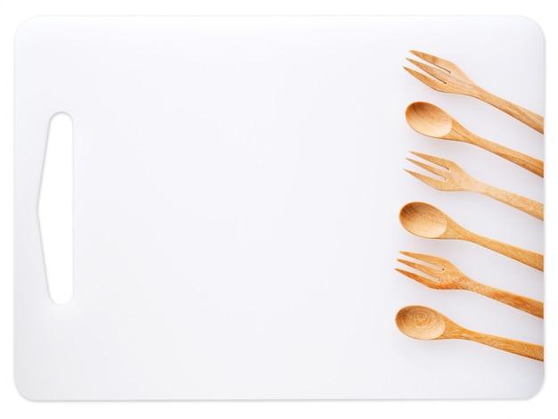 調理器具やまな板、木のスプーンとフォーク、食品についての台所用品のセット