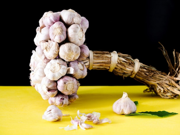 調理用のニンニク植物のクローズアップと薬草は病気を治療するための薬です。