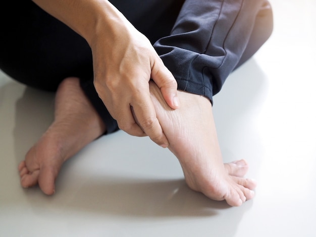 かかとの痛みによる足の怪我、腱の炎症による足首と骨。