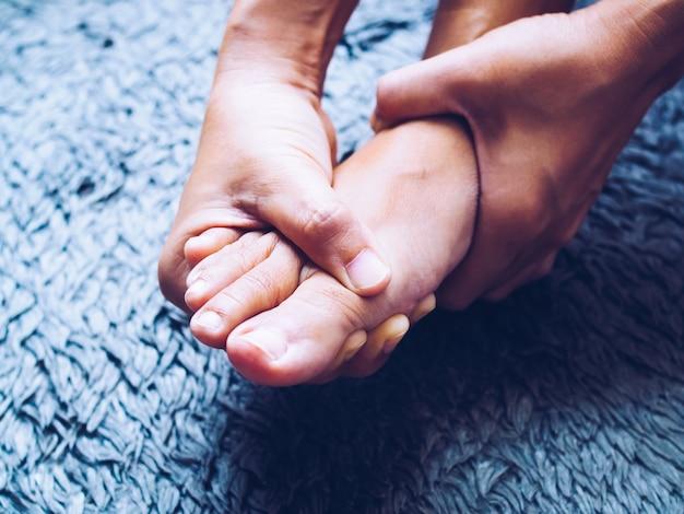 Женщины, страдающие от острой боли в ногах, используют массаж рук для облегчения боли.