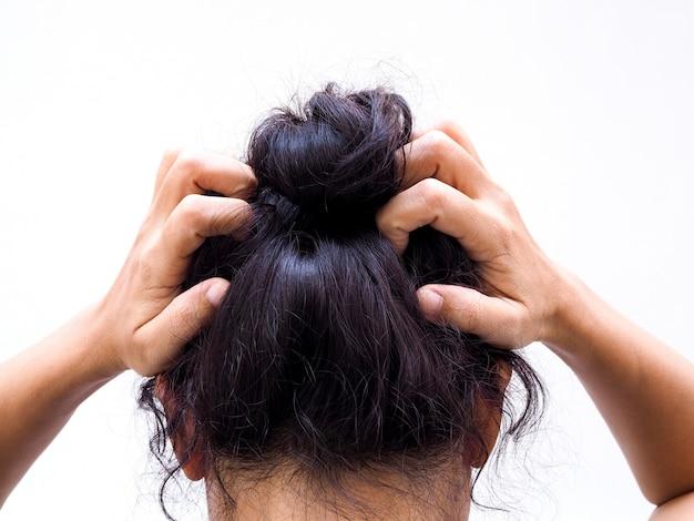 Тайская азиатская женщина царапая на голове от зуда.