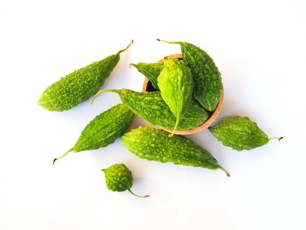 新鮮な緑のゴーヤ、ゴーヤ、モモルディカ、トップビュー、分離されたカリラ果実。