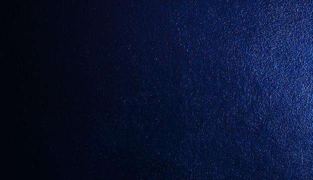 Абстрактные обои с голубой градиент черный темный цемент стены.
