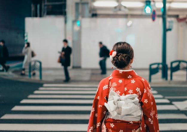日本の路上で伝統的な着物を着ている女性