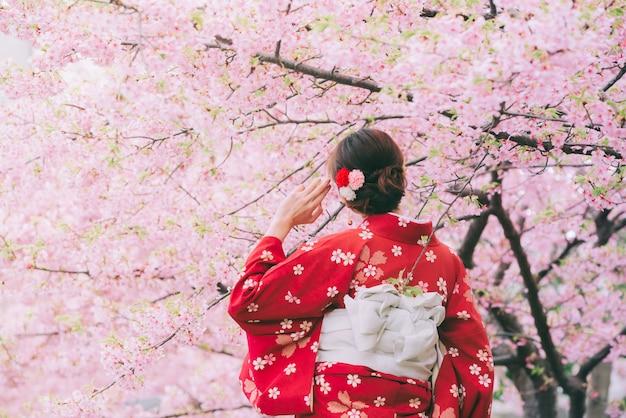 Азиатская женщина носить кимоно с вишней в цвету, сакура в японии.