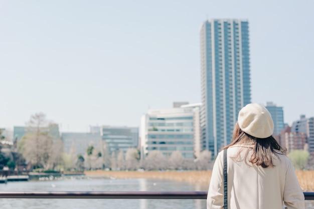 街を歩いて若い女性