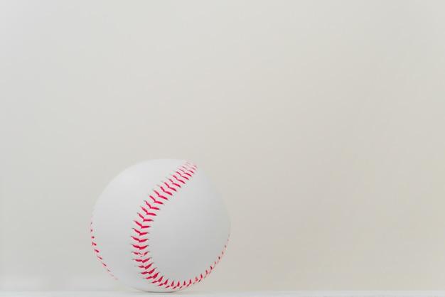 白い背景を持つテーブル上の野球