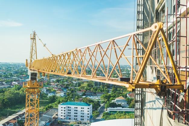 建設現場。巻上クレーンと新しい高層ビル