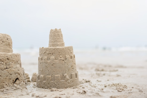 ビーチで砂の城の休日時