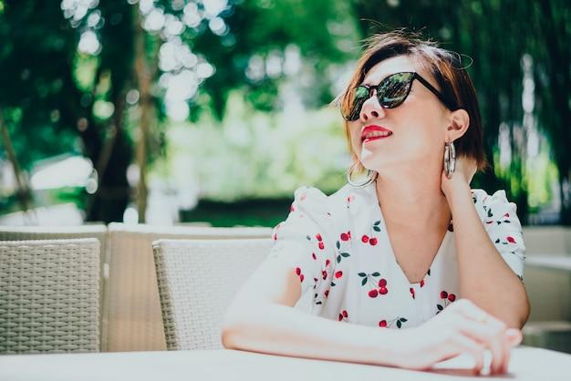 アジアの若い笑顔の女性、人生を楽しんで、リゾートで楽しんでの肖像画