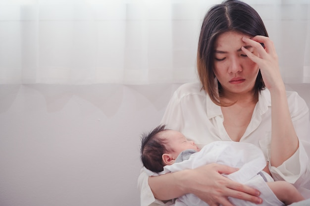 出産後のうつ病に苦しんでいる疲れた母親。