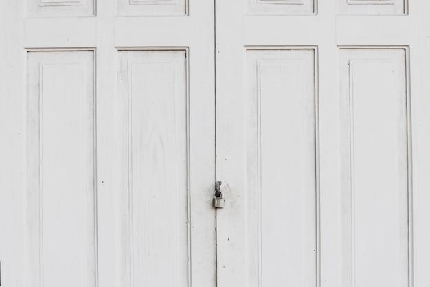 ロックとグランジの古い白い扉。