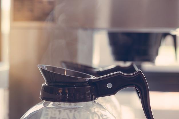 測定器と電気ガラスコーヒーポットのクローズアップ