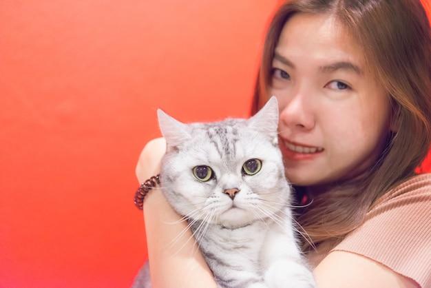 スコティッシュフォールド猫を持つ若い女