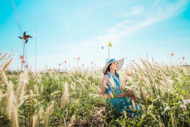 Отдых на лугу в летнее солнце, весеннее время.