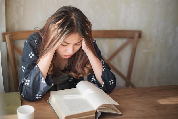 Азиатская женщина сидит в одиночестве и депрессии