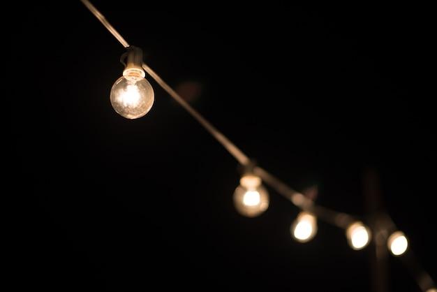 レンガの壁の背景に電球が点灯