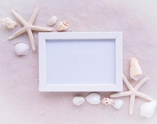 トップビュー、ビーチ、シェルと白の写真フレーム。