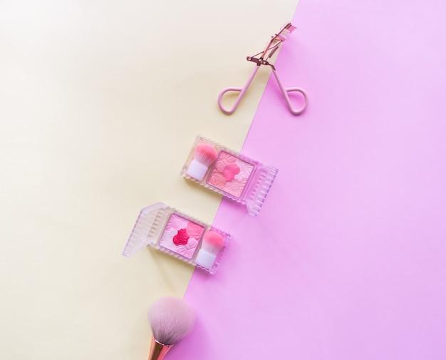 女性の化粧品アクセサリーのフラットレイアウト