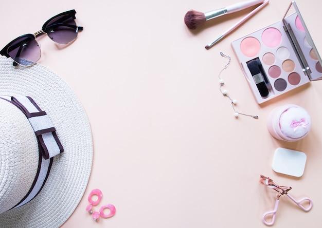 休暇中の化粧品アクセサリーのフラットレイアウト。