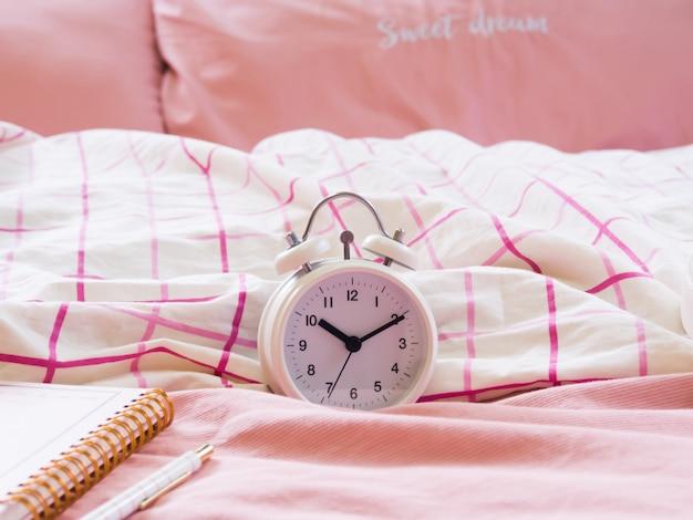 目覚まし時計はベッドの上に置かれます。