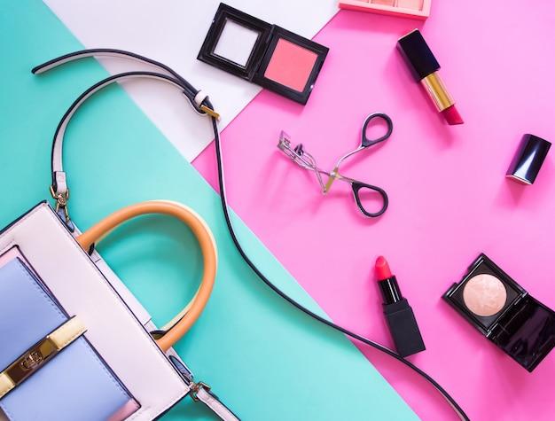 女性用化粧品アクセサリーのフラットレイアウト。