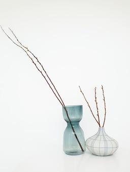 白いテーブルにモダンな花瓶