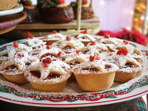 Закройте вверх пирогов рождества в празднике.