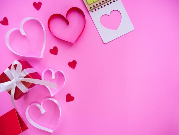 Взгляд сверху предпосылки дня валентинки и валентинки счастья.