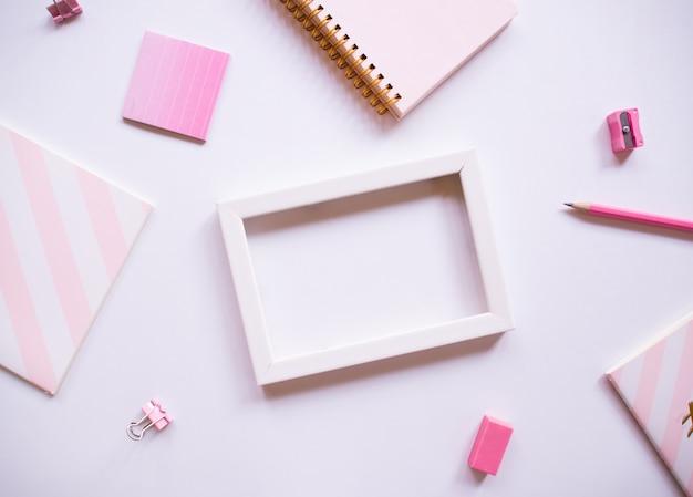 女性のオフィスデスクと白い額縁の平面図。