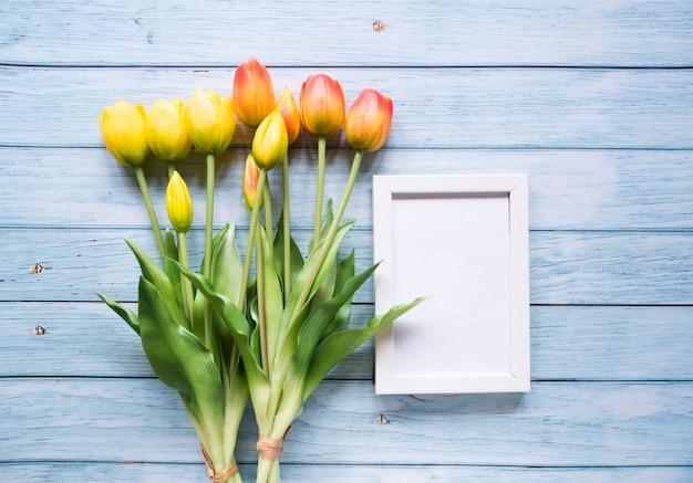 トップビュー、チューリップの花で作られたフレーム、コピースペース。