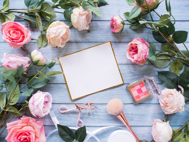 平面図、バラの花で作られたフレーム、コピースペース。