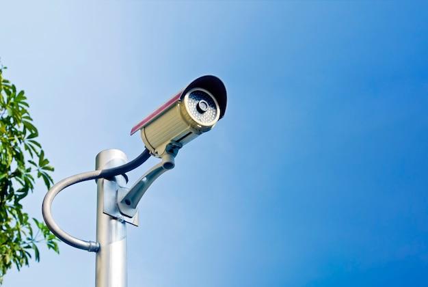 モニタリングのため屋外に設置された防犯カメラ監視