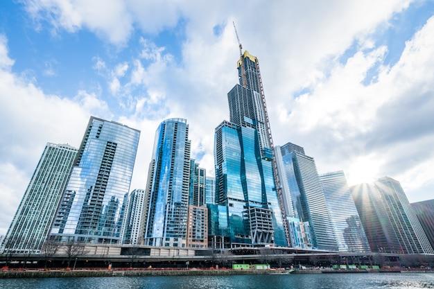 近代的なタワーの建物やビジネス街の高層ビル、シカゴ、アメリカ合衆国の晴れた日に雲の反射。