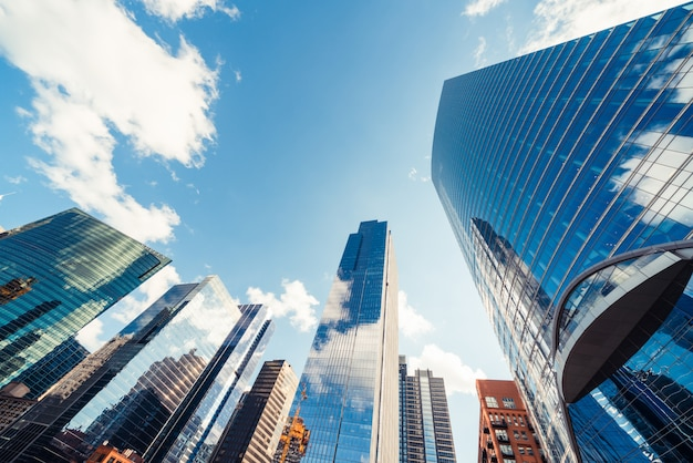 近代的なタワーの建物やシカゴ、アメリカ合衆国の晴れた日に雲と金融街の高層ビル