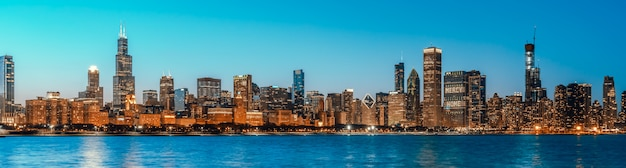 Красивый вид на городской пейзаж зданий в центре чикаго в сумерках синий час, размер баннера