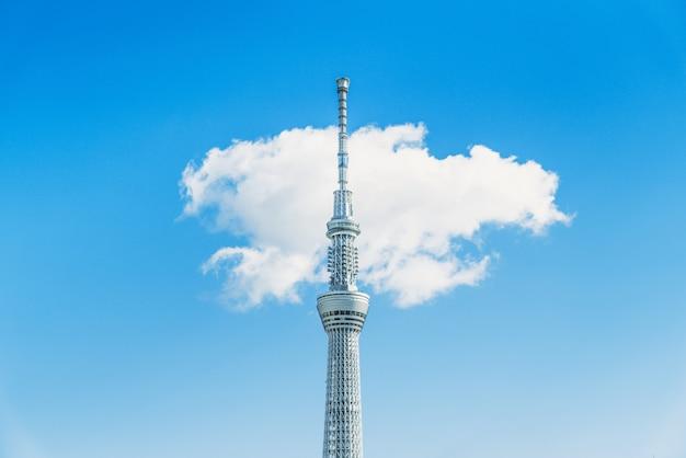 雲の背景と晴れた日に東京スカイツリー
