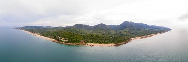 Панорамный вид с воздуха острова ланта в краби, южный таиланд, океан