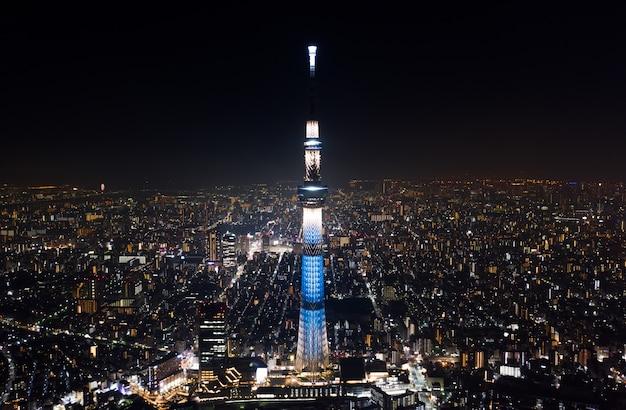 東京スカイツリーと夜の東京市内の日本の風景の空撮