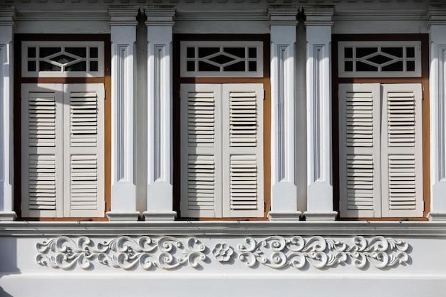 Уличная китайско-португальская архитектура многих зданий в городе пхукет