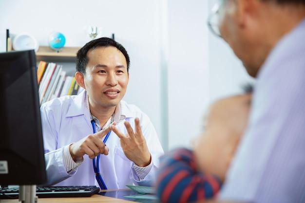 Доктор дает советы родителям маленьких пациентов