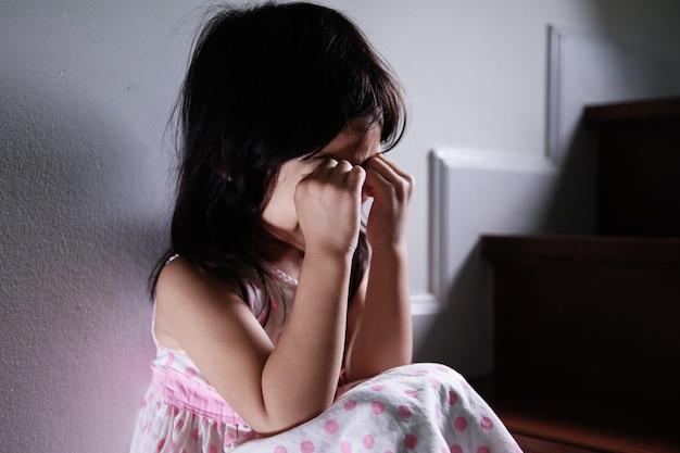 Крупным планом маленькая девочка начала плакать на лестнице
