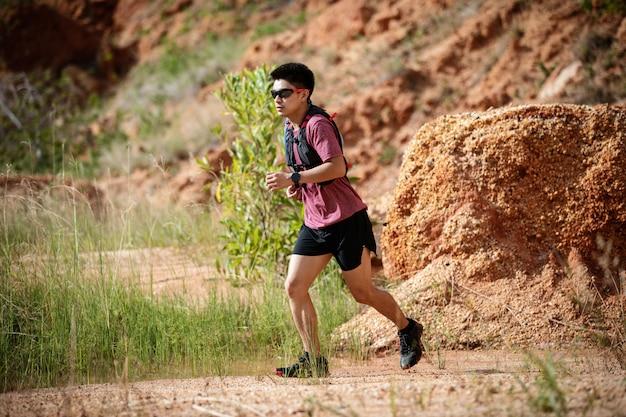 岩だらけの道を走っている男