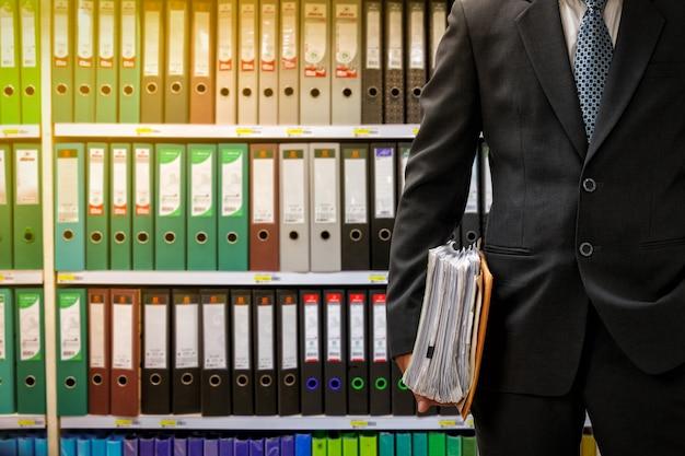Бизнесмен держит файлы данных